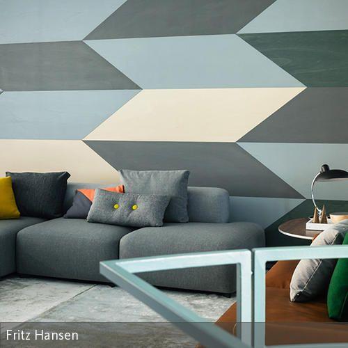 Ein Absoluter Hingucker In Diesem Wohnzimmer Sind Die Geometrischen Muster,  Die Als Wandgestaltung Verwendet Wurden. Das Muster Besteht Aus Gedämpften  Blau  ...