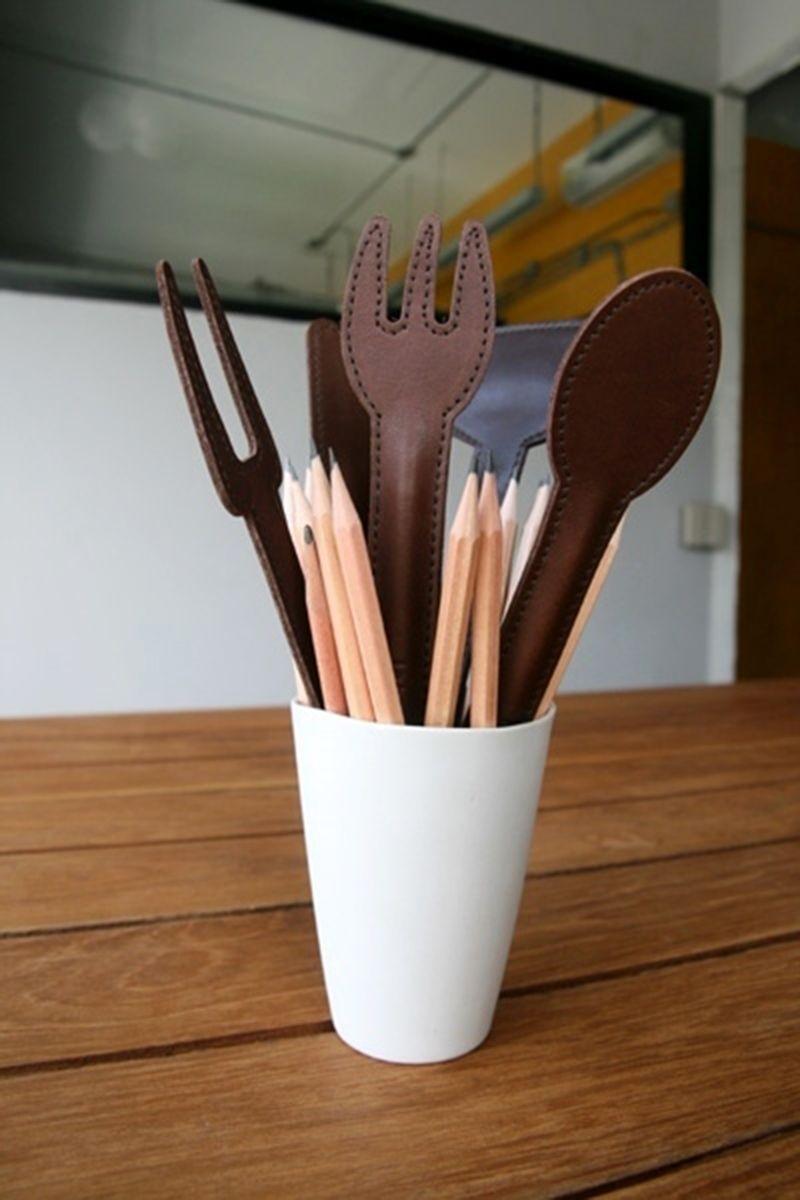 Sauve pointes (protège mine de crayon) en cuir pleine fleur Coloris proposé : camel Dimensions : 4.2 x 16 cm Tarif : 14€