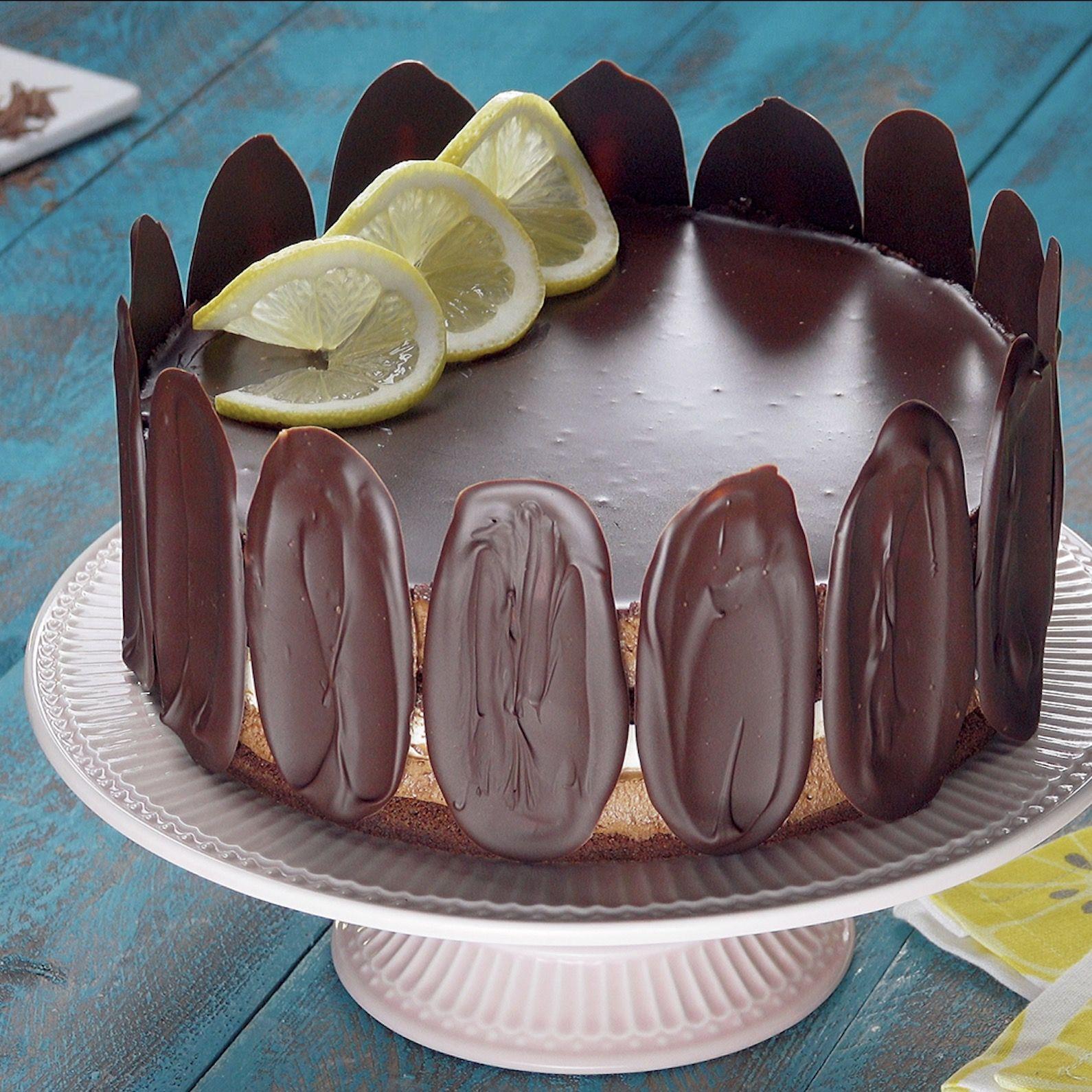 Dessert de fêtes ! Élégant gâteau au chocolat et citron et tuiles craquantes