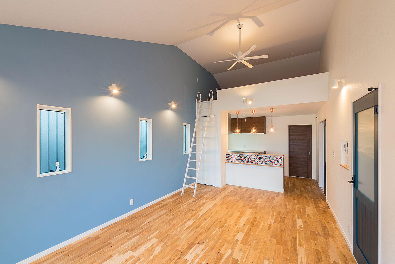 独立二世帯スタイルの家 リビング 勾配天井 ロフト アクセントクロス