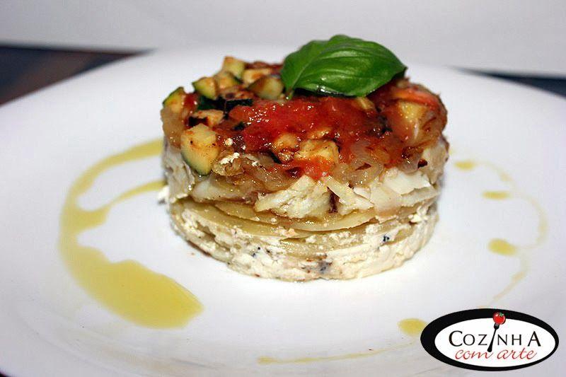 Cozinha com Arte: Bacalhau envolvido na cebola em cama de rodelas de batata guarnecido com courgette e tomate frito