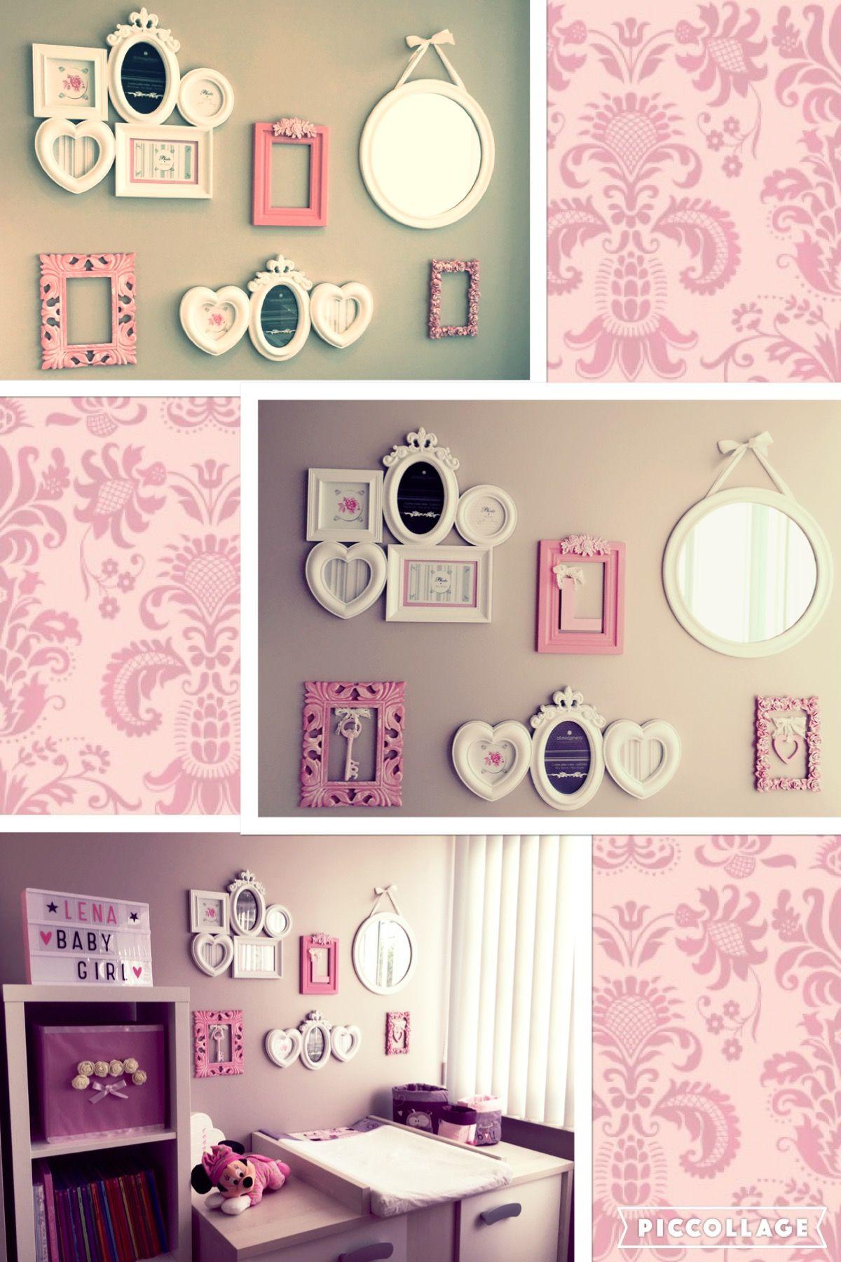 Déco du mur de la chambre #cadres #photos #miroir #blanc #rose ...