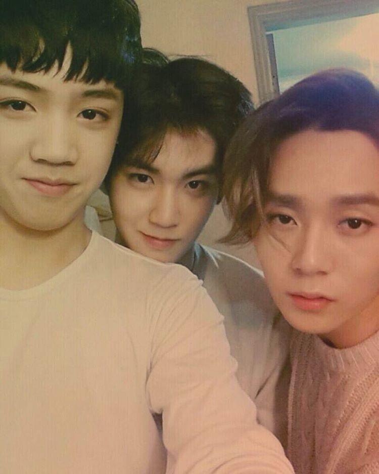 #PENTAGON #Shinwon fancafe : [#신원] ㅇㅁㅇ ㅎㅁㅎ ~ㅁ~ .  .  .   18살 우스기 21살 시넌 22살 던던 나보다 어렸던 던스 .  .  .   18y/o Wooseokie, 21y/o Shinon, 22y/o DawnDawn   Dawnseu was younger than me .  .  .