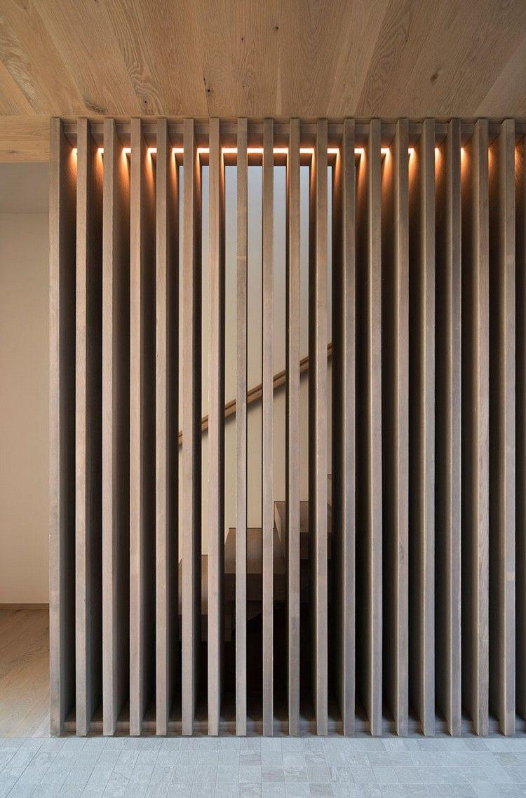 Graue Holzschindeln Aussen Und Warmes Holz Innen Ein Gemutliches Haus In New York Dekoration Haus Holzschindeln Lamellenwand Raumteiler Holz
