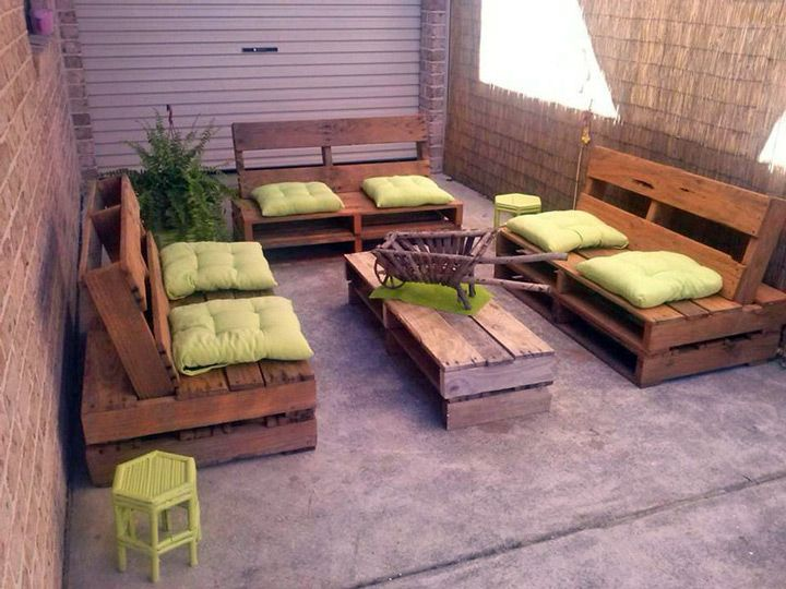 Sala de estar com sof s de pallets pallets pinterest for Patio arredamenti
