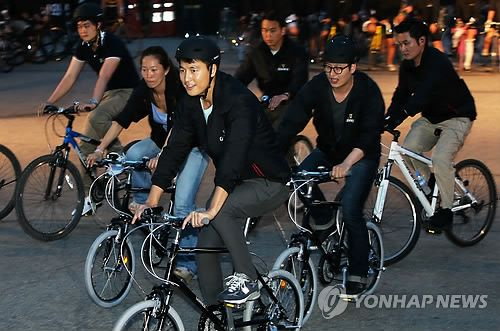 Korean actor Jung Woo Sung racing by bicycle in Seoul! Event was sponsored by Guinness.