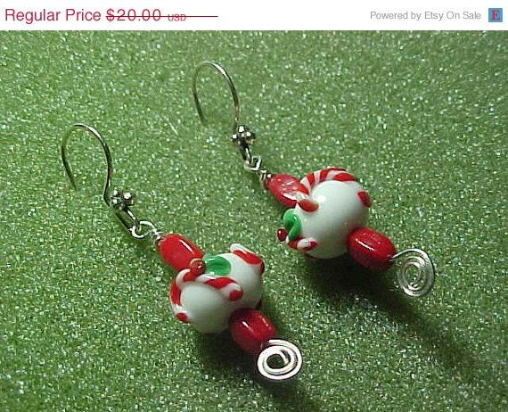 ON SALE Christmas candy cane lampwork bead by LEFIALYNNCREATIONS