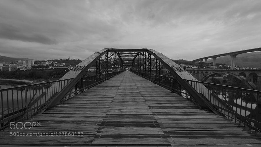 #D600PortoPortugalarchitectureblackblack and whiteblanco y negrobridgecitycloudsnikonriverskystreettravelwaterwhitewood #antmacosta (November 6 2015 at 10:31AM) Old bridge over the Douro River on the Régua