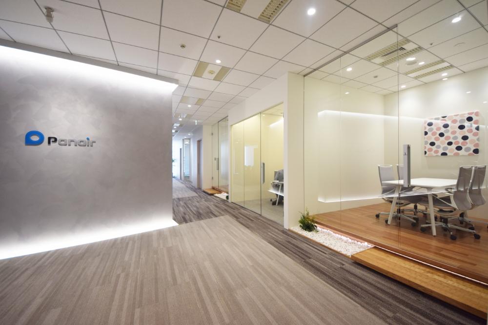 和 を取り入れたシンプルな空間と 木目の温かさが調和したオフィス デザイナーズオフィスのヴィス エントランス オフィス オフィスインテリア