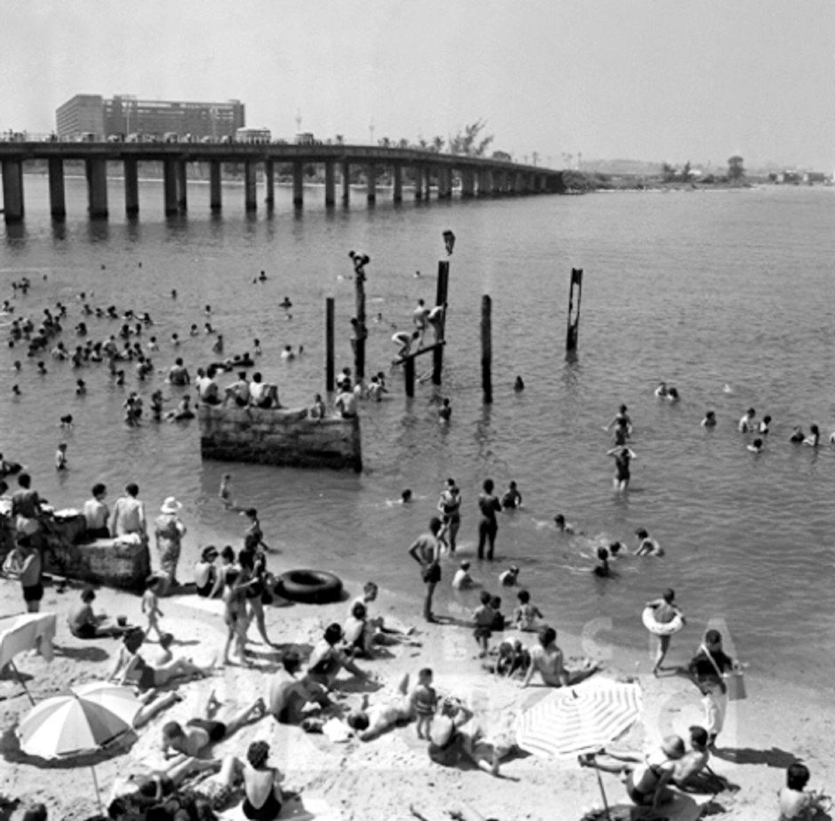 Praia do Galeão,  anos 60.  https://www.facebook.com/Guarantiga/photos/a.490233921007939.115673.490210317676966/553186158046048/?type=1&theater