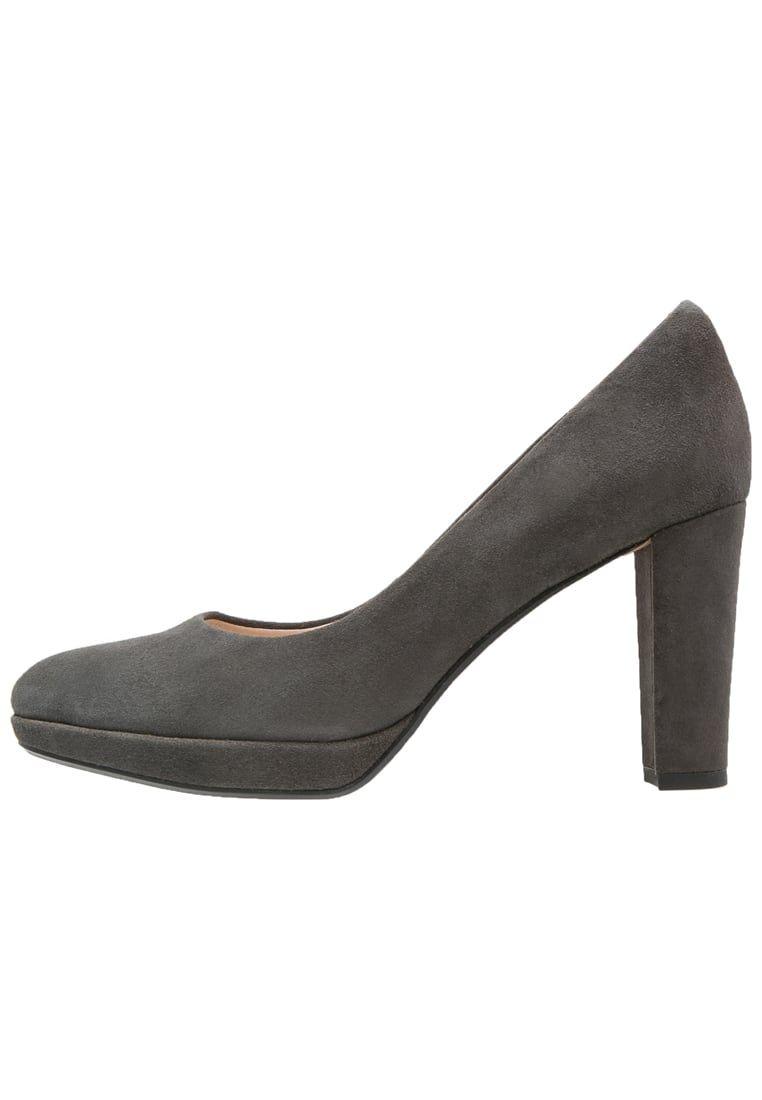 e1cda2cabf4a ¡Consigue este tipo de zapatos de salón de Clarks ahora! Haz clic para ver
