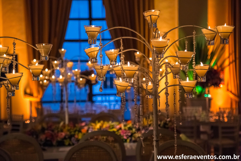 Candelabros na mesas