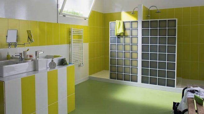 briques verre pavés douche italienne salle de bains jaune vert