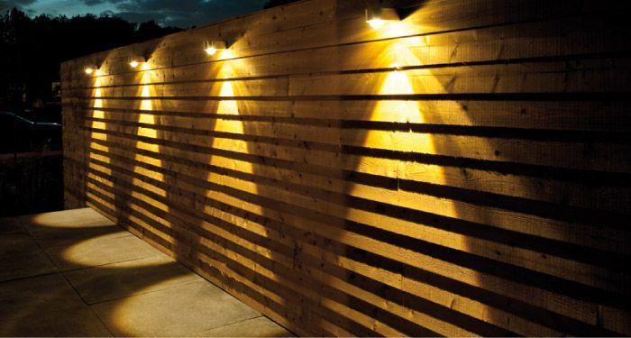 Lampjes op schutting tuin inspiratie pinterest buitenverlichting tuinverlichting en tuin - Kleine tuin zen buiten ...