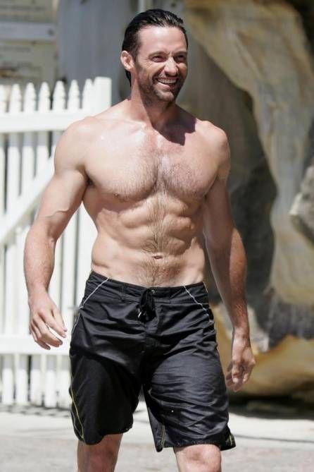 Med muskuløs krop på stranden