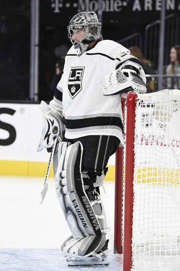 Las Vegas Nv November 19 Jonathan Quick 32 Of The Los Angeles Kings Reacts After Giving Up A Goal Against T La Kings Hockey Kings Hockey Los Angeles Kings