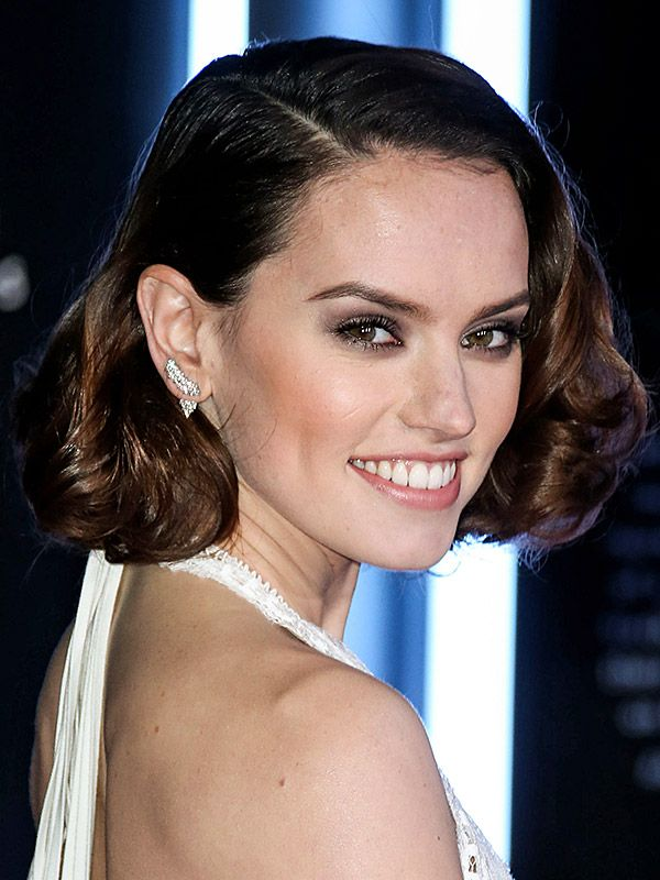 Look of the Week: Daisy Ridley's Ultra-Glam Hair and Makeup Moment at the <em>Star Wars: The Force Awakens</em> Premiere http://stylenews.peoplestylewatch.com/2015/12/18/daisy-ridley-beauty-breakdown-star-wars-premiere/