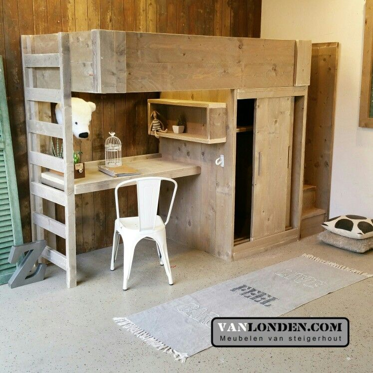 hoogslaper van steigerhout kast bureau en veilige trap rechts