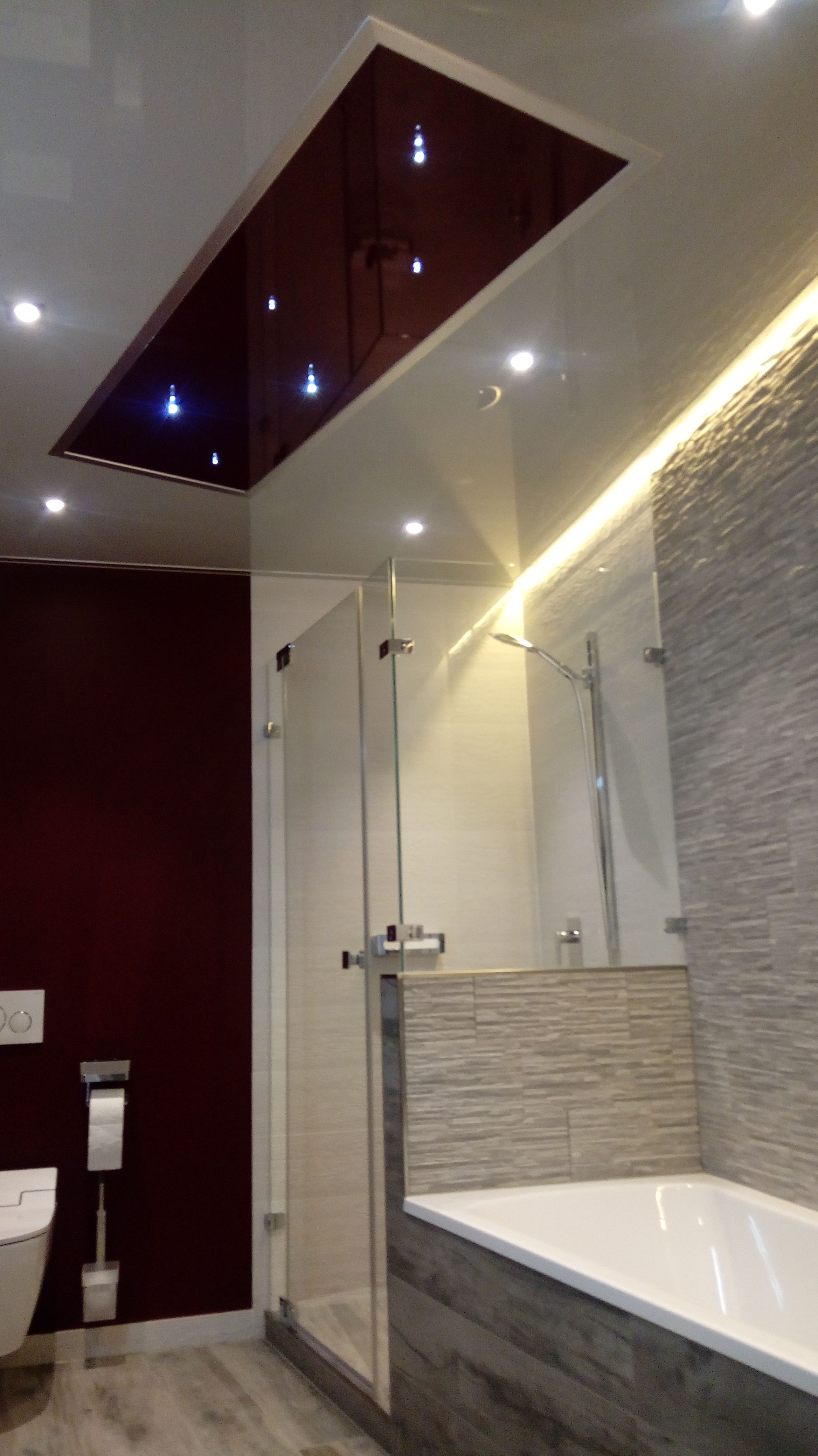 Hochglanzende Badezimmer Spanndecke Von Plameco Mit Moderner Led Beleuchtung Und Lichteffekten Das Rote Element In Dieser Badezim Spanndecken Badezimmer Decke