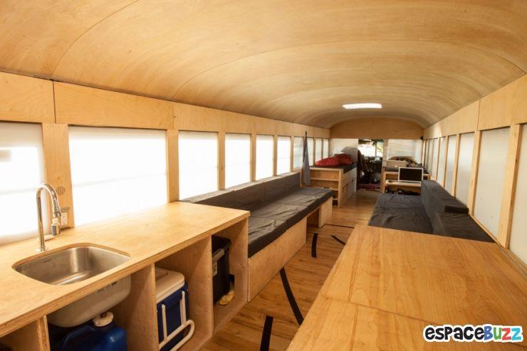Etudiant en architecture, il achète un bus et en fait sa maison