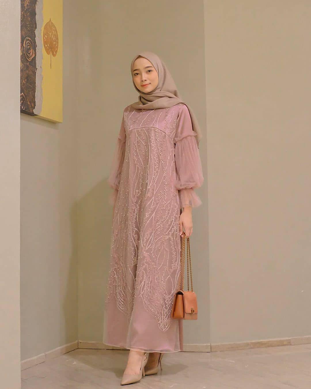 Model Baju Brokat Muslim : model, brokat, muslim, Gambar, Mungkin, Berisi:, Orang, Lebih, Berdiri, Model, Wanita,, Pakaian, Baru,