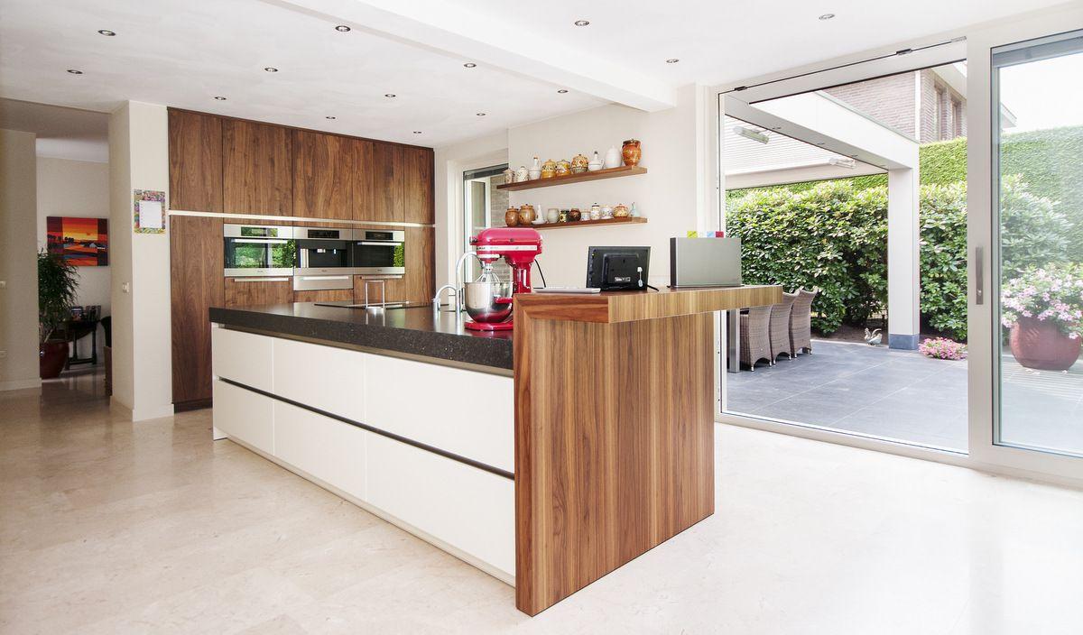 Greeploze moderne keuken kleuren combinatie van noten met wit