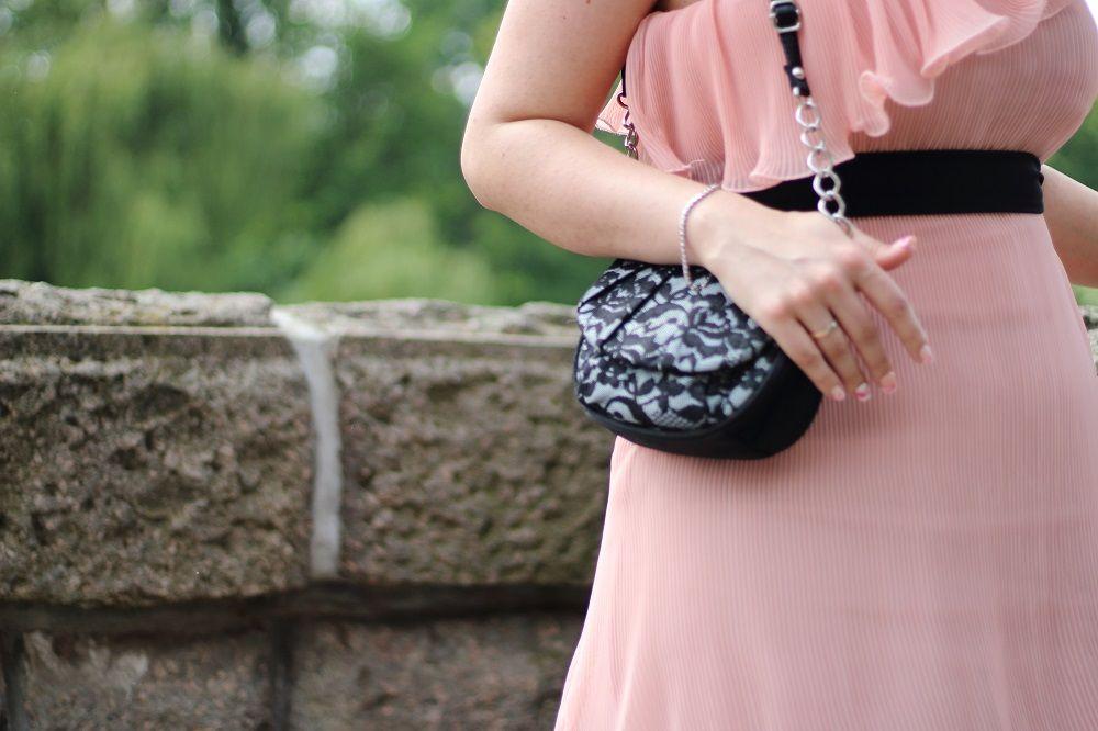 [Outfit] Mein Look zum ersten Hochzeitstag - http://maryloves.de/outfit-mein-look-zum-ersten-hochzeitstag/ - outfit - hochzeit - hochzeitstag - papierhochzeit - look - fashion - kleid - dress - one-shoulder - tasche - details