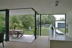 Keuken harmonieus contrast staal zwart wit overdekt terras