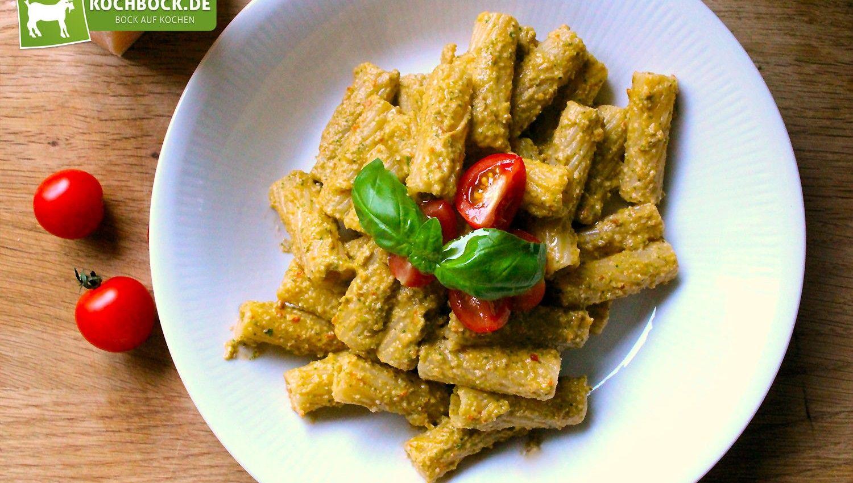 Pesto alla Trapanese mit frischem Parmesan, fruchtigen Kirschtomaten, aromatischem Basilikum und salzigen Sardellen.