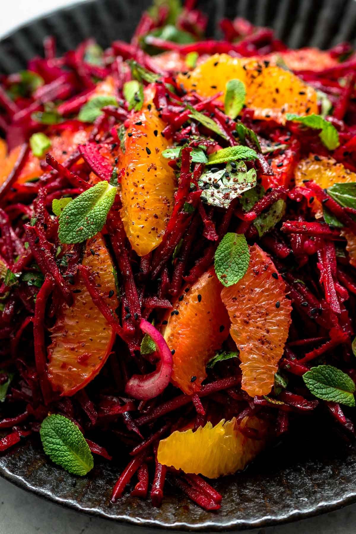 Rote Bete Orangen Salat mit frischen Kräutern Ein einfaches Rezept für einen Rote  Bete Orangen Salat voller Aromen und Frische. Mit roter Zwiebel, frischer Petersilie und Minze bekommt Ihr einen bunten Winter Rohkostsalat. #ellerepublic #rohkost #salat #rezept #beetroot