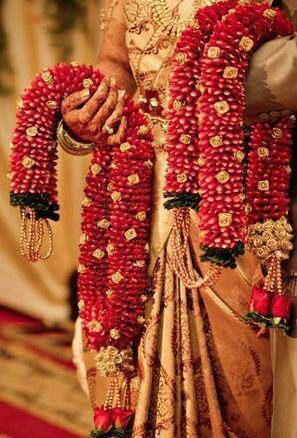 Pin By Sridevi Murali On Truely Wed Indian Wedding Garland Flower Garland Wedding Indian Wedding Stage