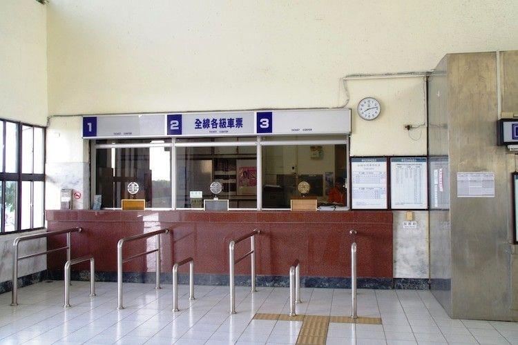 加禄駅の切符売り場(窓口2番だけの営業)【2020】 | 中国 台湾, 売り場
