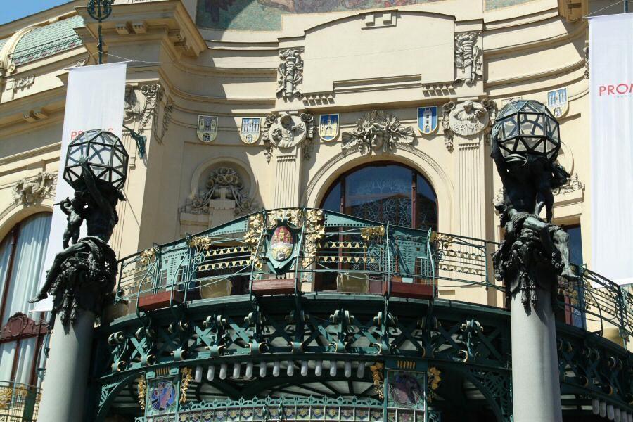 Histórico balcón en la fachada de la Casa Municipal en Praga.