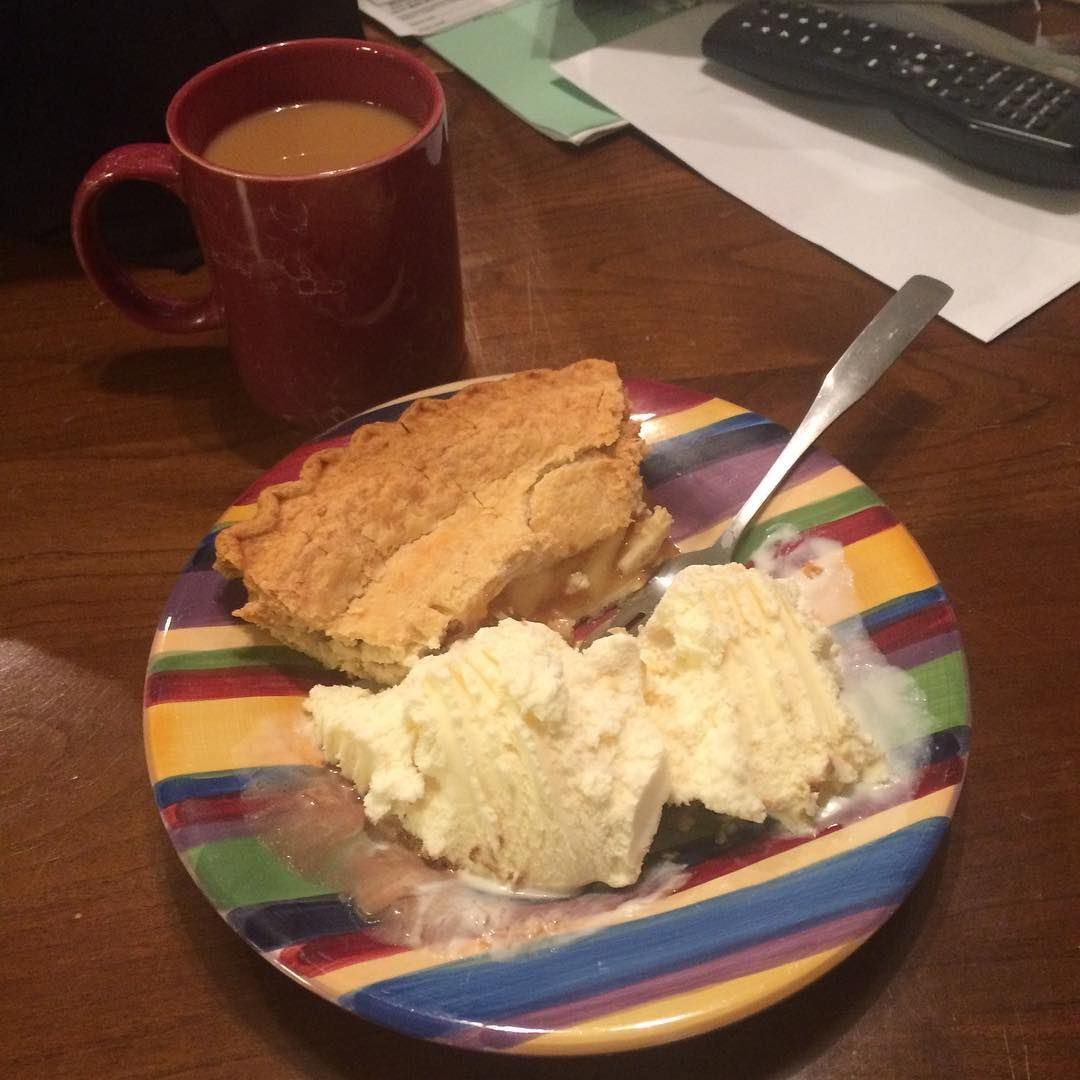 Nightcap #apple #pie #icecream #vanilla #coffee #folgers #byrnedairy #daigwoods #doodersdailydoseofdopeness #doodermang #groovy #delicious #foodporn