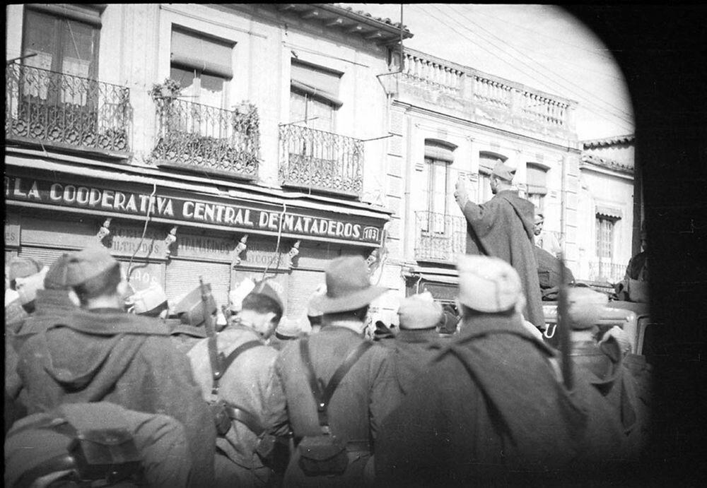 Spain - 1936. - GC - Coronel Mena arengando a las tropas republicanas, Carabanchel bajo, Madrid.