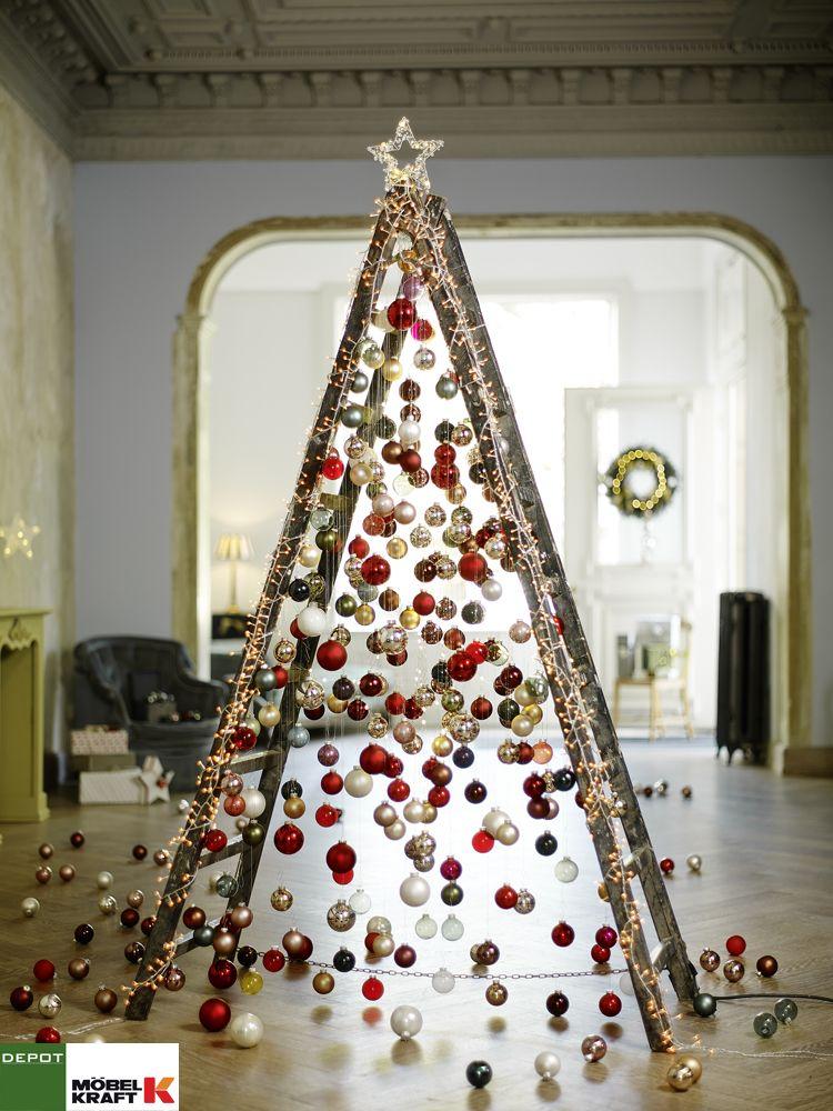 Alternativer #Tannenbaum - eine Leiter geschmückt mit #Weihnachtskugeln und #Lichterkette. www.moebel-kraft.de