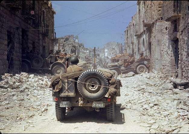 Todos conocemos las famosas fotografías que Robert Capa realizó durante el Desembarco de Normandía c... - Externa