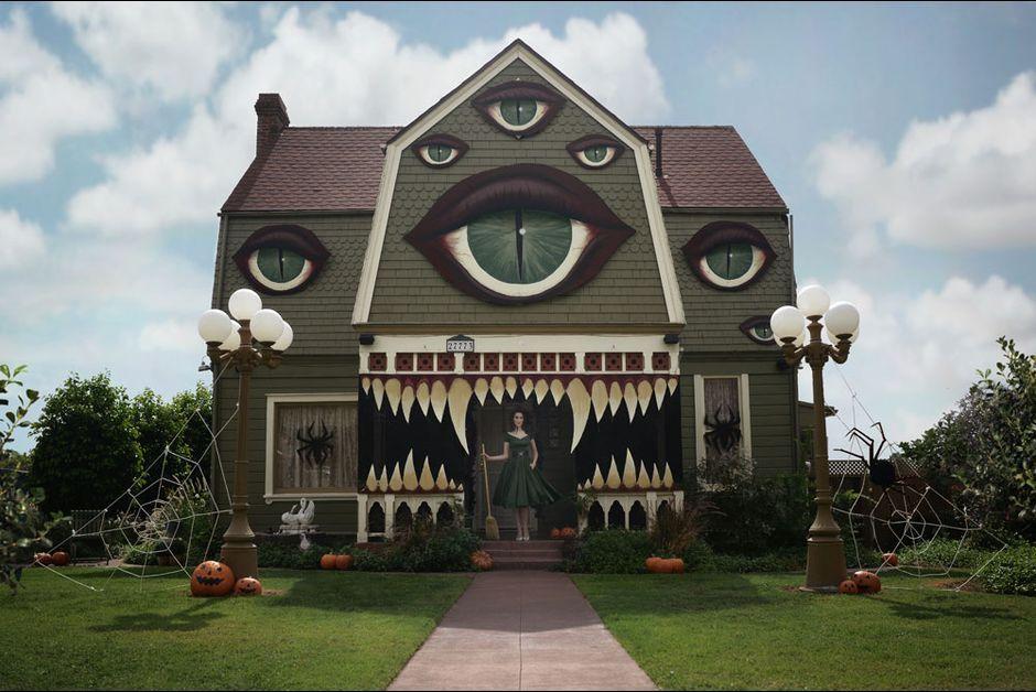 elle transforme la maison de ses parents pour halloween architecture nightmare before christmas outdoor decorations