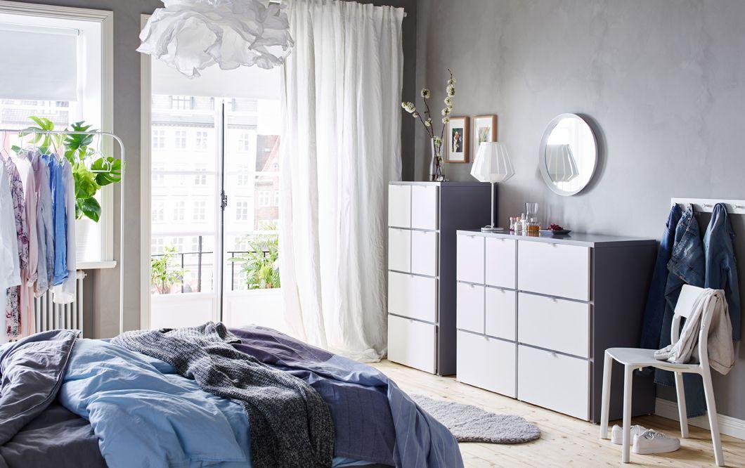 Camera da letto azzurra, grigia e bianca con due cassettiere VISTHUS ...