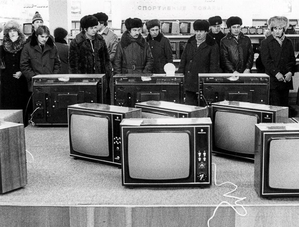 Murmanskilaiseen myymälään tuli väritelevisioita huhtikuussa 1982.