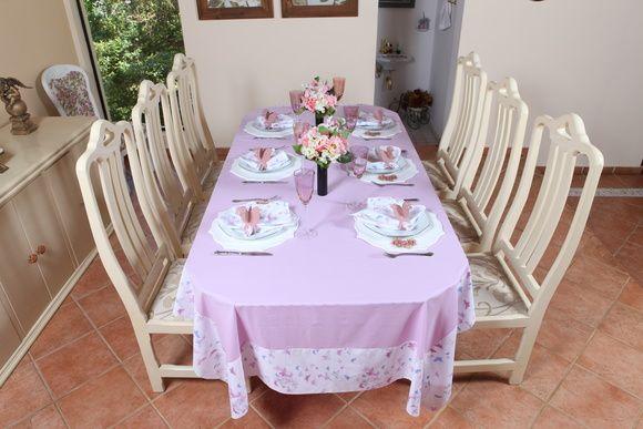 Toalha de mesa retangular, confeccionada em tricoline 100% algodão, rosa claro com barrado em linda estampa de borboletas, suave e exclusiva essa peça agrega beleza a decoração de sua mesa. Guardanapos e porta-guardanapos são vendidos separadamente. R$ 130,00