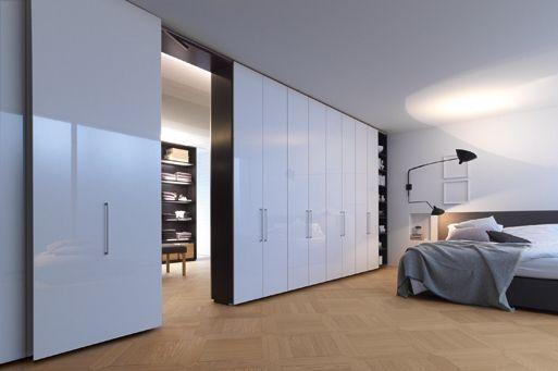 Inspirational Der begehbare Kleiderschrank mit wei lackierten T ren ist Garderobe und Raumteilersystem in einem In den Regalf chern kann Kleidung untergebracht werden