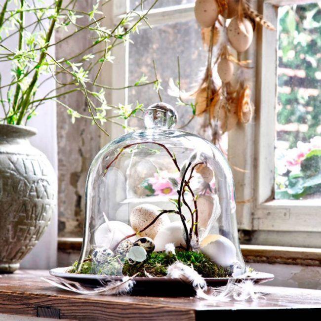 Fr hlingsdeko ideen moos glasglocke feder eier - Glasglocke dekorieren ...