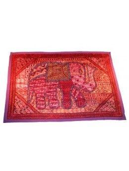 Tapiz indio confeccionado a mano, con motivos animales y de tendencia hindi. Con incrustaciones de paillet. Medidas: 155 x 103 cm. - La Taza Solidaria