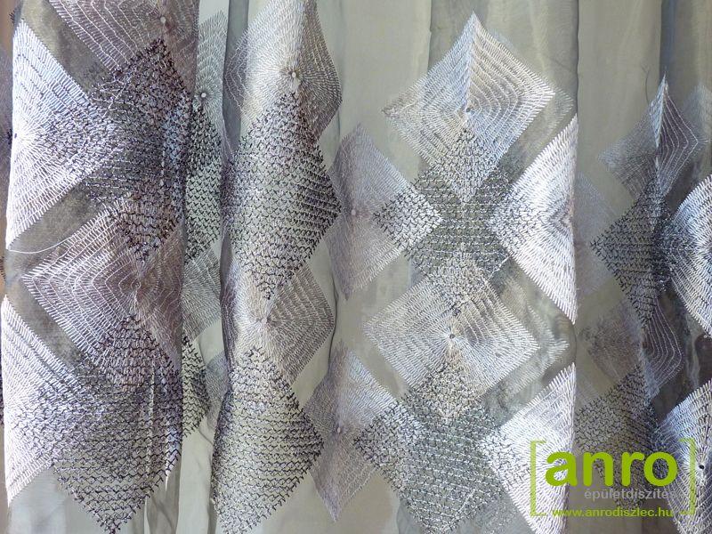 A színes organza függönyökkel otthonosabbá teheti lakását! Könnyed anyaga, légies megjelenése hálószoba ablak, nappali ablak, konyhaablak függönyözésekor is jó szolgálatot tesz, mert egyszerűségével jól harmonizál más berendezési tárgyakkal. A mintás organza függönyök népszerűségét önmagában is dekoratív megjelenése nyújtja.