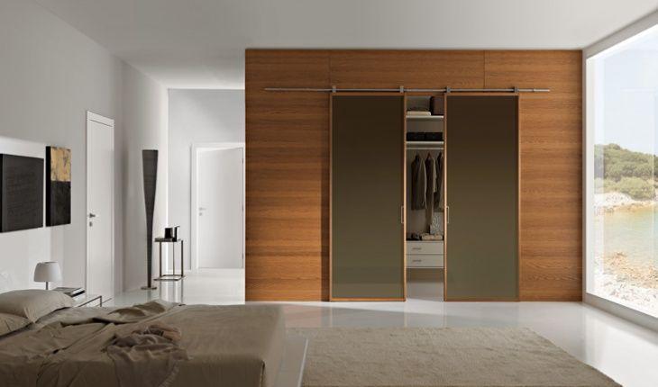 Boiserie moderna per la camera da letto con porta scorrevole ...