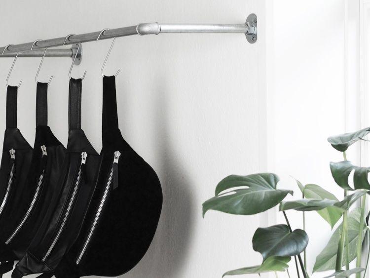 Kleiderstange An Wand kleiderstange an der wand montiert mit hacken anstatt kleiderbügel
