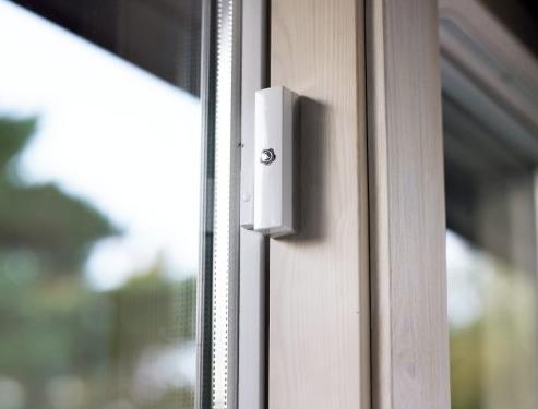 Sensor de apertura para puertas y ventanas colocado en interior de vivienda. Detecta los golpes e intentos de acceder a la vivienda a través de puertas y ventanas. Incluido en el kit básico de #alarma #verisure de #Securitas Direct