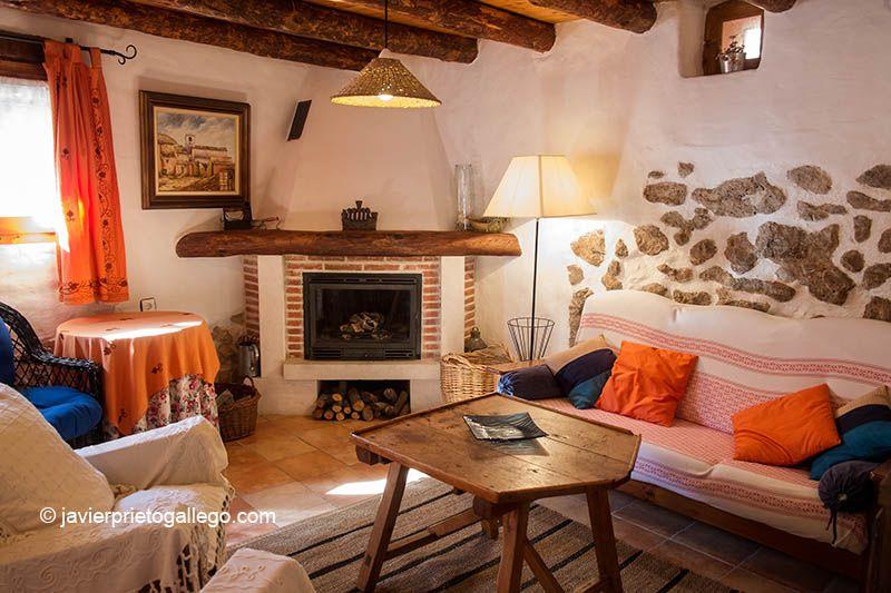VEGA DEL DUERO | ruralduero Casa de turismo rural. Salón con chimenea. Localidad de Roturas. Ribera del Duero. Valladolid. Castilla y León. España.