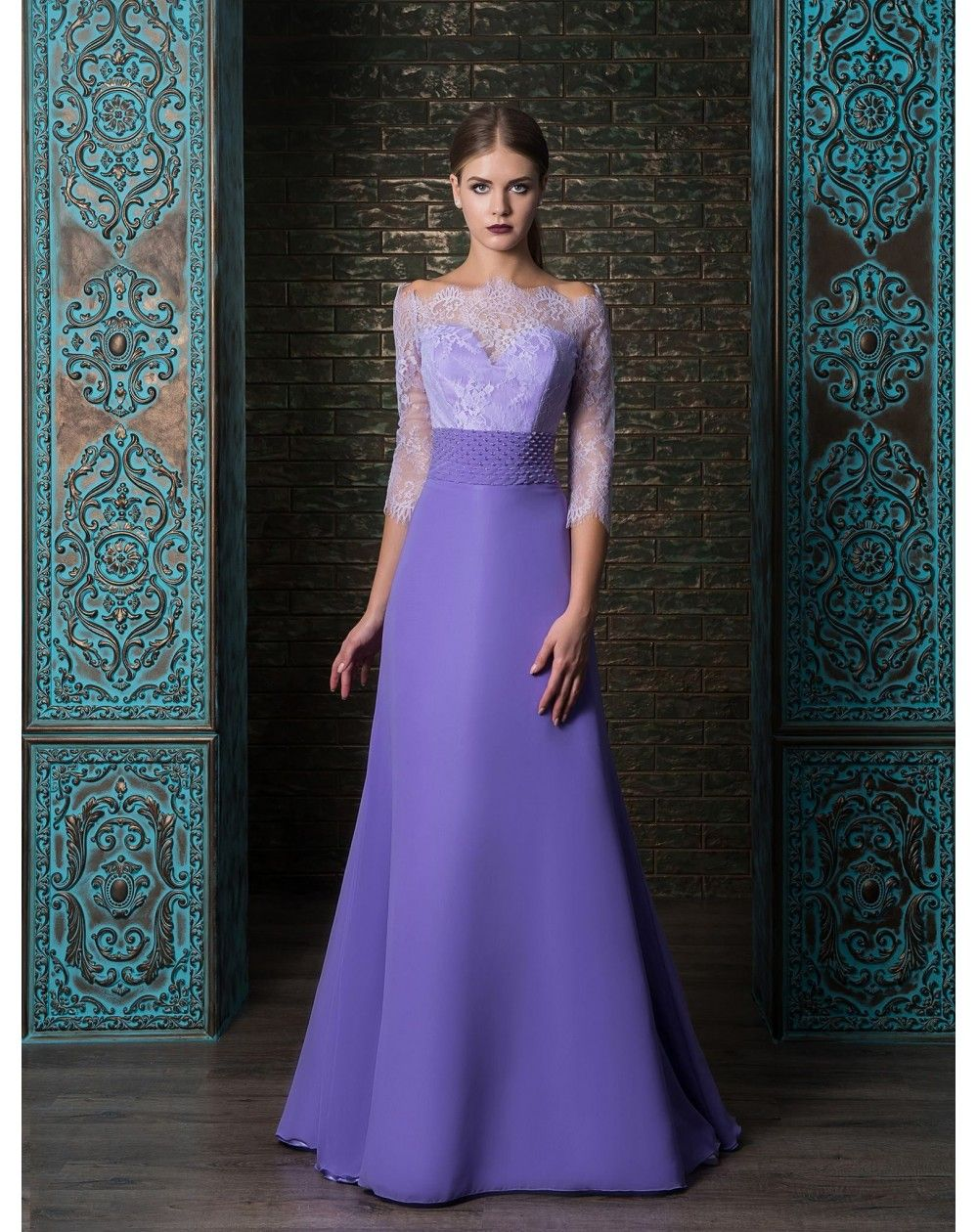 Luxusné elegantné dlhé spoločenské šaty s 3 4 rukávom so zvrškom z jemnej  čipky. Sukňa je ušitá zo šifónu. Šaty sa šijú vo fialovej 8965a6acdb2